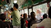 Ludzie jadący autokarem wycieczkowym